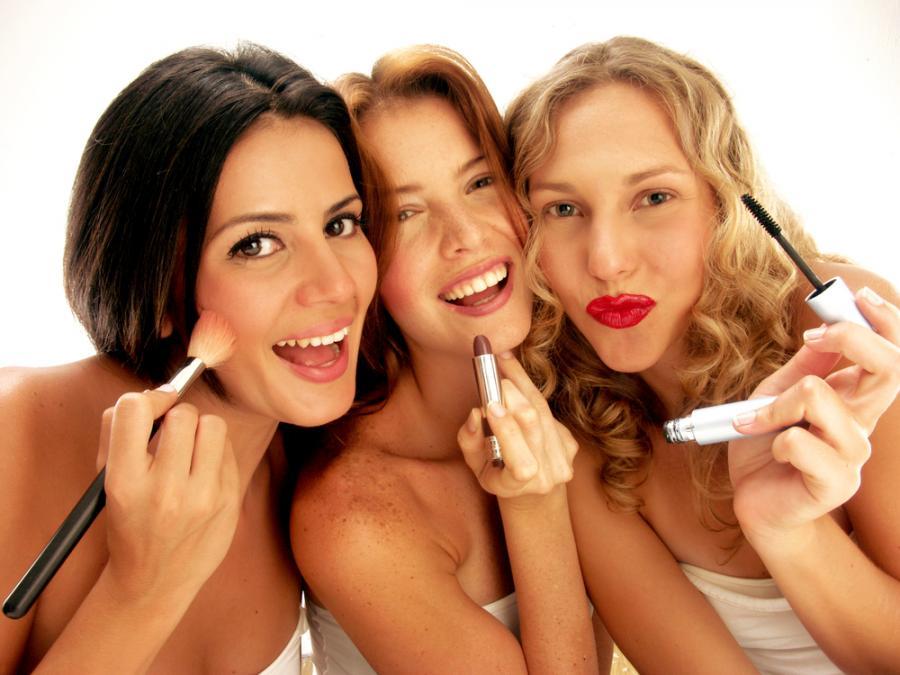 Kobiety wykonujące makijaż