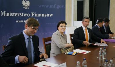 Premier Ewa Kopacz, minister finansów Mateusz Szczurek oraz podsekretarz stanu w MF Artur Radziwiłł podczas posiedzenia kierownictwa resortu