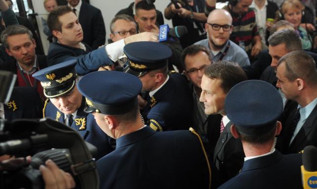 Awantura w Sejmie. Jak Radosław Sikorski uciekał dziennikarzom. Zobacz ZDJĘCIA