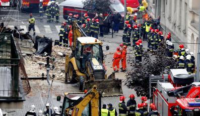 Strażacy i służby kryzysowe prowadzą akcję na gruzowisku kamienicy w Katowicach