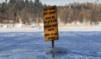 Tablica nad Jeziorem Starokiejkuckim. Na drugim brzegu znajduje się słynna mazurska szkoła polskich szpiegów