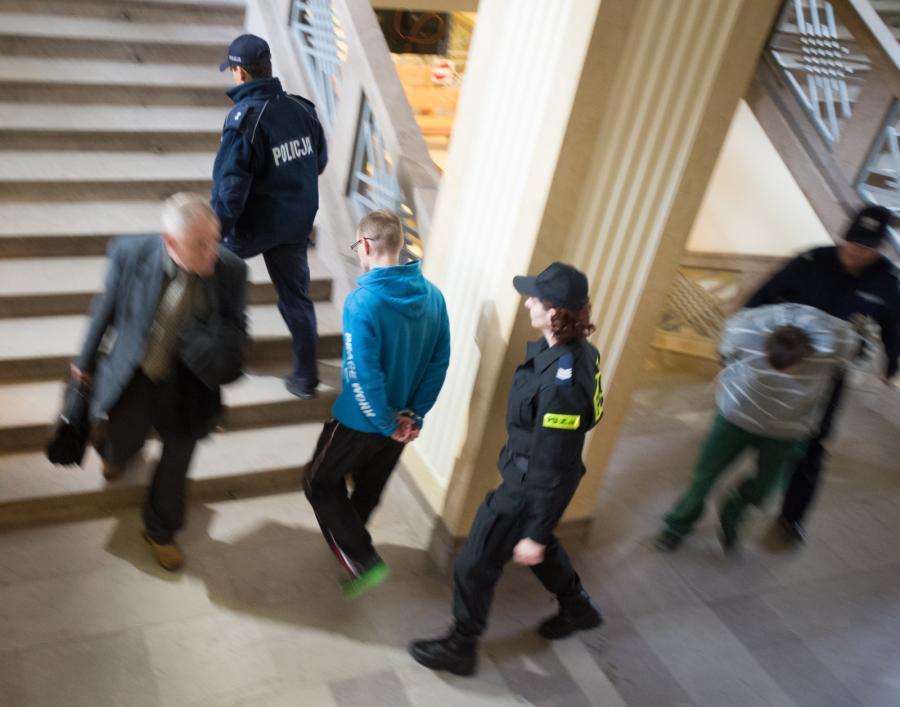Oskarżeni Remigiusz M. i Adam M. doprowadzani na salę rozpraw sądu okręgowego w Łodzi
