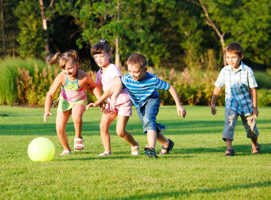 Dzieci grają w piłkę