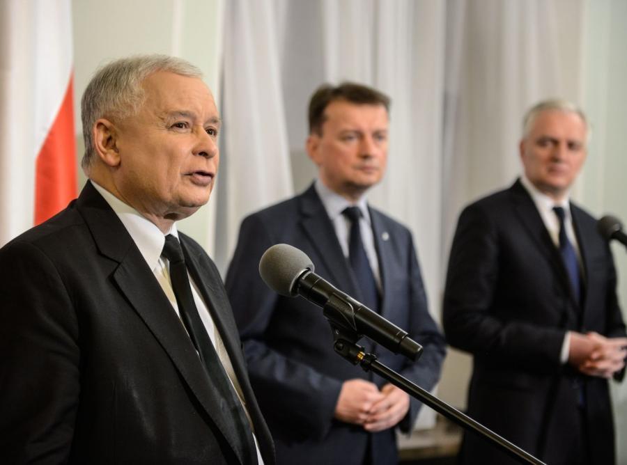 Prezes PiS Jarosław Kaczyński, szef klubu PiS Mariusz Błaszczak i prezes Polski Razem Jarosław Gowin podczas konferencji po spotkaniu dotyczącym sytuacji powstałej po wyborach samorządowych i problemów w ogłaszaniu ich wyników