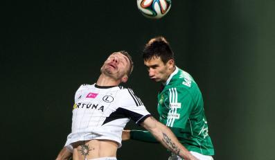 Zawodnik Legii Warszawa Marek Saganowski (L) walczy o piłkę z Pawłem Baranowskim (P) z PGE GKS Bełchatów podczas meczu piłkarskiej Ekstraklasy