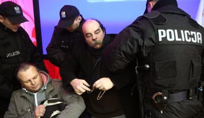Policja wyprowadza protestujących, którzy 20 listopada w trakcie manifestacji przed PKW wtargnęli do siedziby Państwowej Komisji Wyborczej i zajęli salę konferencyjną