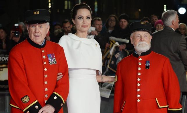 Angelina Jolie z wojennymi weteranami: Cecilem Bakerem i Jamesem Waltere Fellowsem