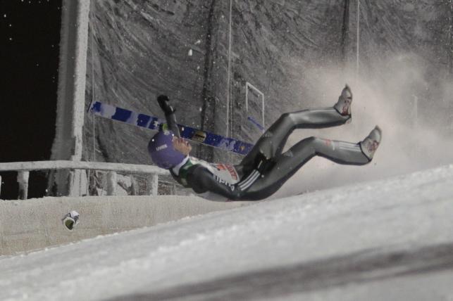 Fatalne upadki na skoczni w Kuusamo. Wellinger i Lanisek trafili do szpitala