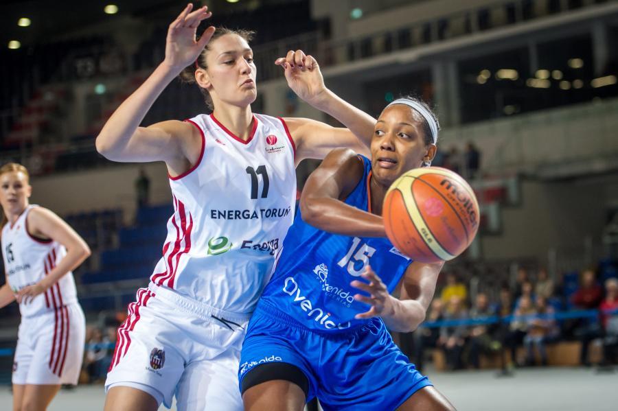 Koszykarka Energi Toruń Tijana Ajdukovic (L) blokuje Angelicę Robinson (P) z CB Avenida Salamanka podczas meczu Euroligi