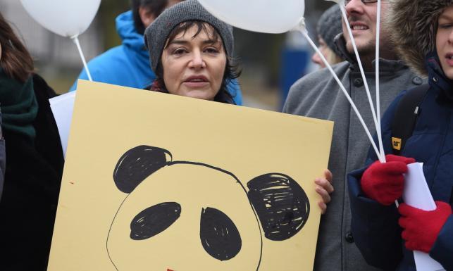 Znane kobiety protestowały przed Sejmem. Wszystkie z podbitym okiem. ZDJĘCIA