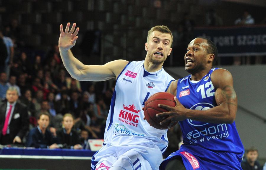 Koszykarz King Wilki Morskie Szczecin Paweł Kikowski (L) blokuje Danny\'ego Gibsona (P) z Rosy Radom
