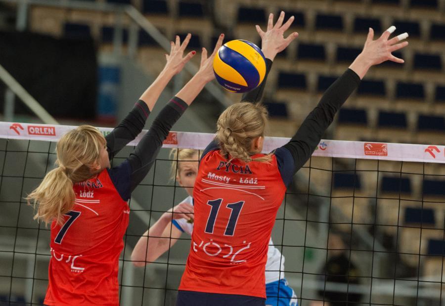 Siatkarki Budowlanych Łódź Natalia Skrzypkowska (L) i Sylwia Pycia (P) blokują po ataku Karoliny Filipowicz (C) z Developres SkyRes Rzeszów