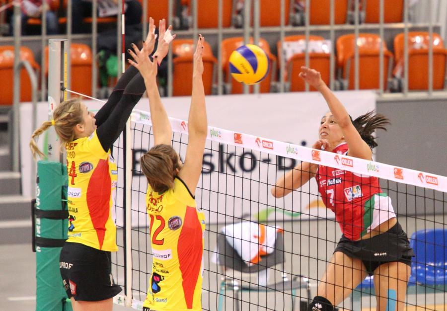 Piłkę zbija atakująca po drugiej stronie siatki Veronik Skorupka (P) z PGNiG Nafta Piła, blokują Heike Beier (L) i Aleksandra Trojan (C) z miejscowego BKS Aluprofu