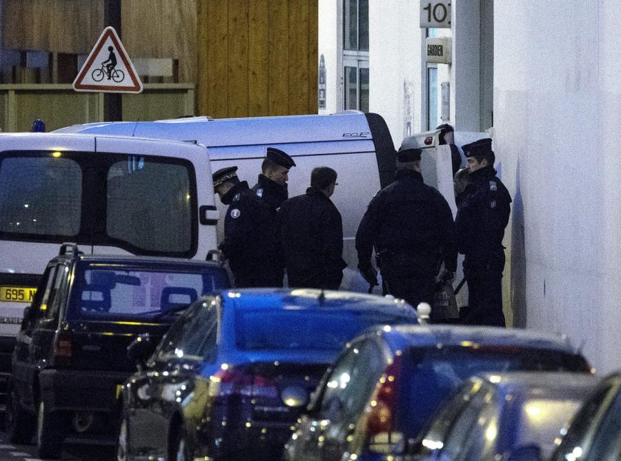 Policja na miejscu zbrodni zabezpiecza wynoszenie ciał ofiar z redakcji \