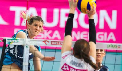 Piłkę zbija atakująca po drugiej stronie siatki Ana Bjelica z Chemika Police, blokuje Gina Mancuso z miejscowego Tauronu Banimexu