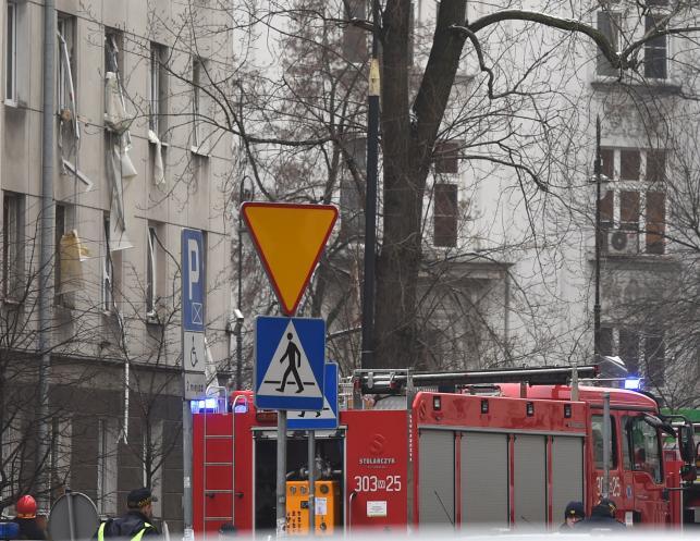 Strażacy przeszukują gruzy