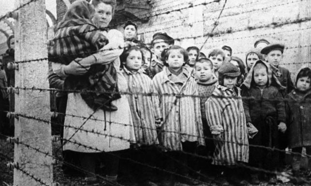 Dzieci w pasiakach, komora gazowa, zwłoki w krematorium. DRASTYCZNE ZDJĘCIA z Auschwitz
