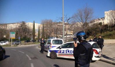 Atak w Marsylii. Policjani ostrzelani z broni automatycznej (źródło: https://twitter.com/AmichaiStein1)