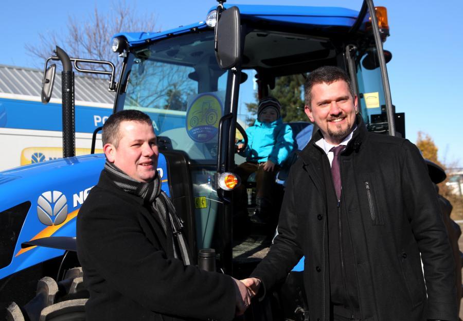 Przedstawiciel New Holland Tomasz Wieja przekazał nowy ciągnik New Holland TD5 poszkodowanemu rolnikowi Radosławowi Zarembie