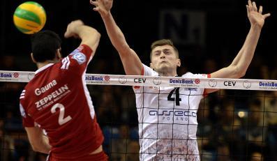 Piotr Nowakowski (P) z Asseco Resovii Rzeszów blokuje po ataku Maximiliano Gauna (L) z VFB Friedrichshafen podczas meczu Ligi Mistrzów siatkarzy