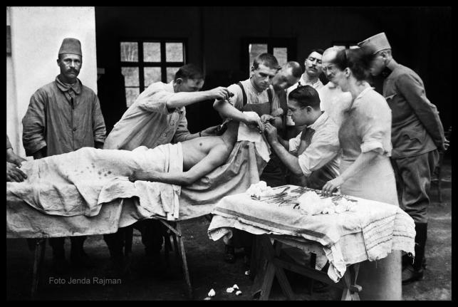 Operacja mózgu w warunkach polowych, okres I wojny światowej, fot. Jenda Rajman