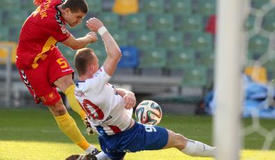 Zawodnik Podbeskidzia Bielsko-Biała Kristian Kolcak (P) walczy o piłkę z Serhijem Pyłypczukiem (L) z Korony Kielce