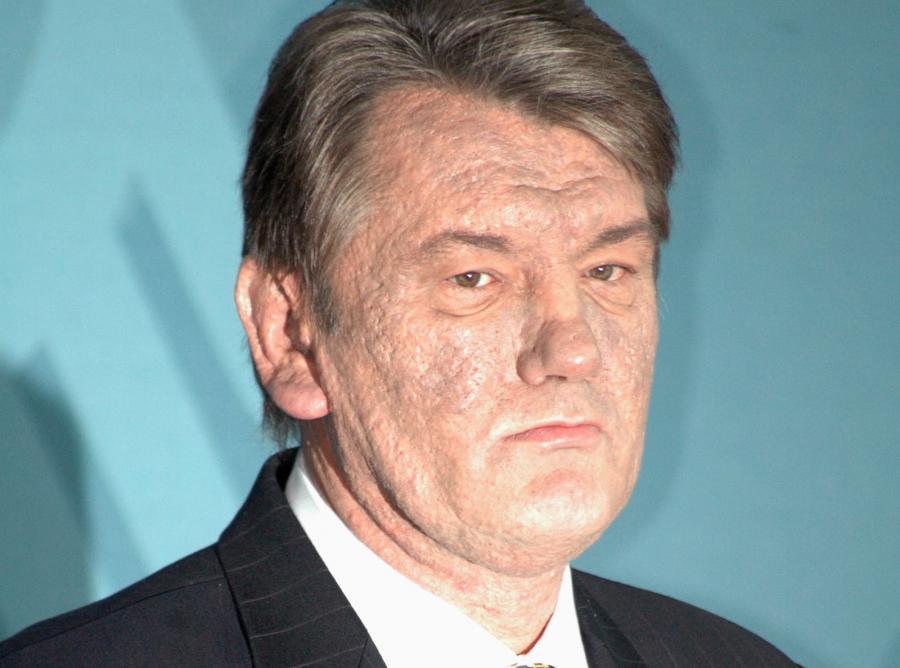 Wiktor Juszczenko ze śladami pozostawionymi na twarzy przez truciznę