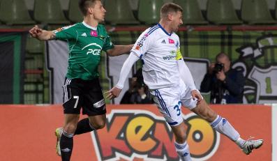 Zawodnik PGE GKS Bełchatów Arkadiusz Piech (L) walczy o piłkę z Marcinem Malinowskim (P) z Ruchu Chorzów podczas meczu polskiej Ekstraklasy