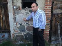 Macewy wmurowane w wychodek, w oborę... Żydowskie nagrobki w Polsce w niecodziennym użytku. ZOBACZ ZDJĘCIA