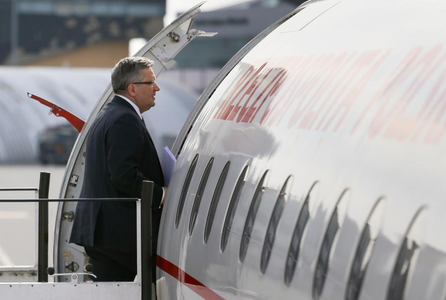 Bronisław Komorowski wsiada do samolotu
