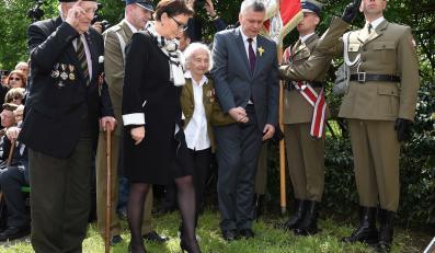 Premier Ewa Kopacz i wicepremier Tomasz Siemoniak podczas uroczystości przy tablicy upamiętniającej wejście II Korpusu Polskiego generała Władysława Andersa do miasta Imola