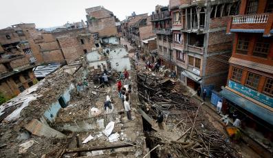 Zniszczone domy w Katmandu