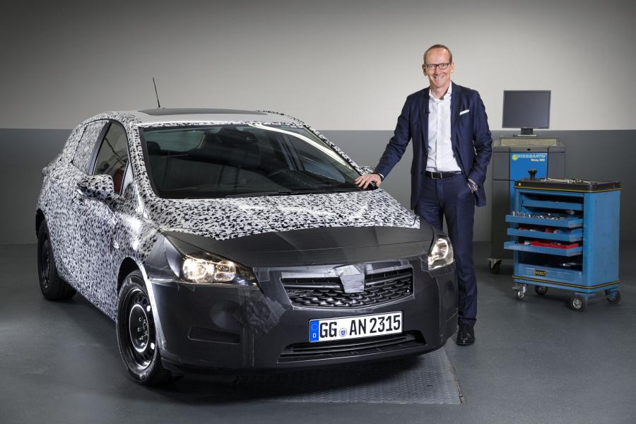 Karl-Thomas Neumann, dyrektor generalny Grupy Opel, zaprezentował zakamuflowany prototyp kolejnej generacji astry