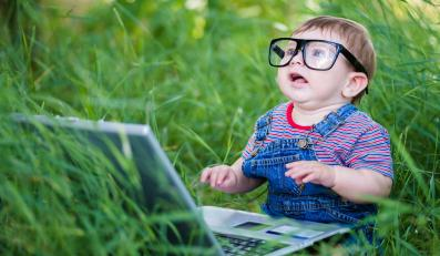 Dziecko przed laptopem