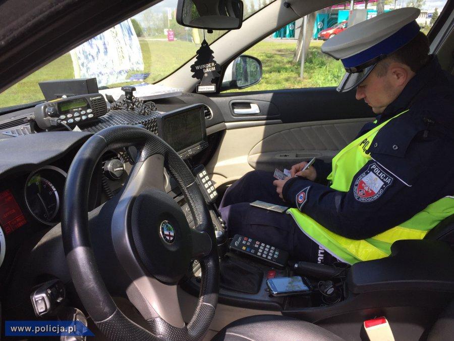 Policjant w radiowozie