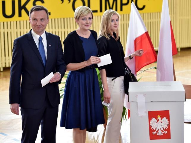 Andrzej Duda z żoną Agatą i córką Kingą w lokalu wyborczym 24 maja 2015 r.
