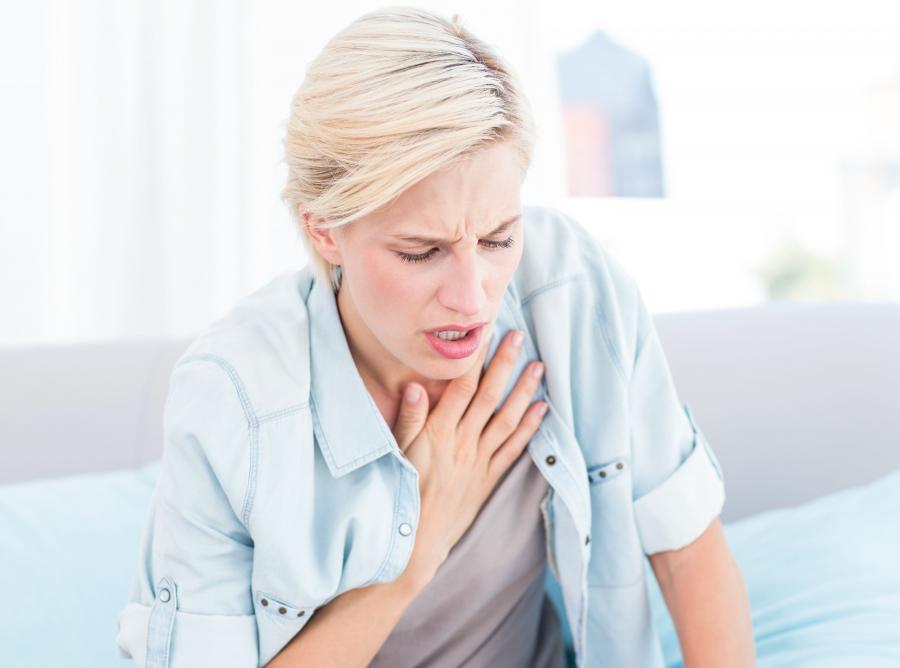 Kobieta ma problemy z oddychaniem