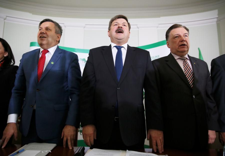 Od lewej: szef PSL, wicepremier i minister gospodarki Janusz Piechociński, europoseł partii Jarosław Kalinowski oraz marszałek województwa mazowieckiego Adam Struzik