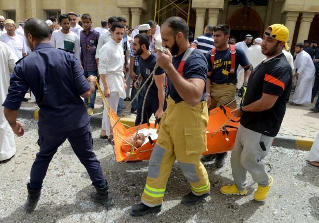 Pomoc rannym w zamachu na meczet w Kuwejcie