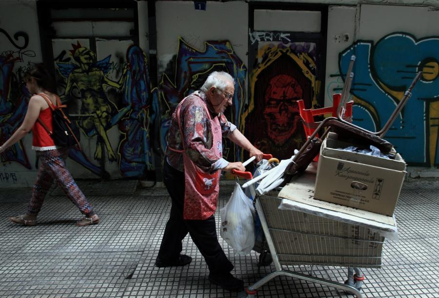 Starszy człowiek na ulicy w Atenach