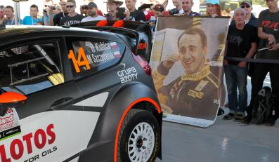 Ford Fiesta RS WRC Roberta Kubicy w parku serwisowym w Mikołajkach. W czwartek rozpoczyna się 72. Rajd Polski, siódma runda Rajdowych Mistrzostw Świata FIA