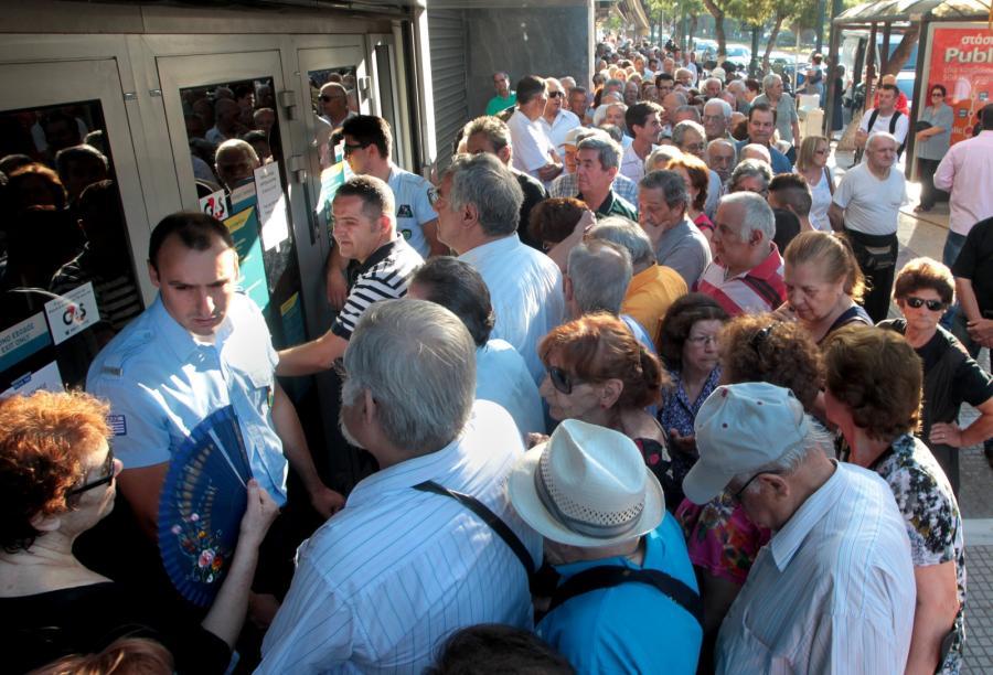 Grecy przed wejściem do banku