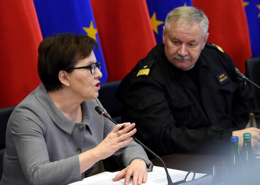 Premier Ewa Kopacz i zastępca Komendanta Głównego Państwowej Straży Pożarnej Gustaw Mikołajczyk podczas spotkania z przedstawicielami Rządowego Zespołu Zarządzania Kryzysowego