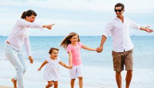 Rodzina spaceruje nad morzem
