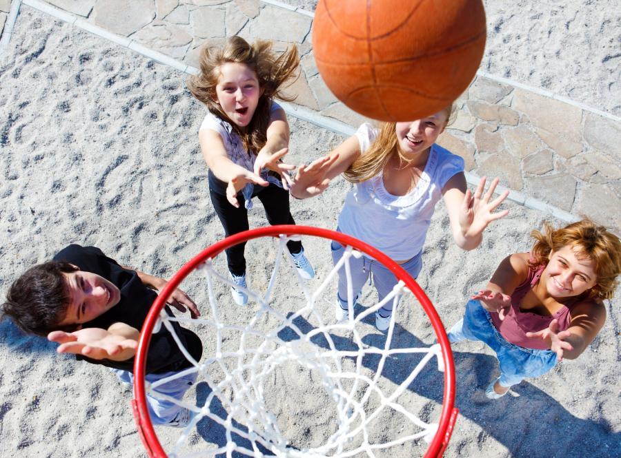 Nastolatki grają w koszykówkę