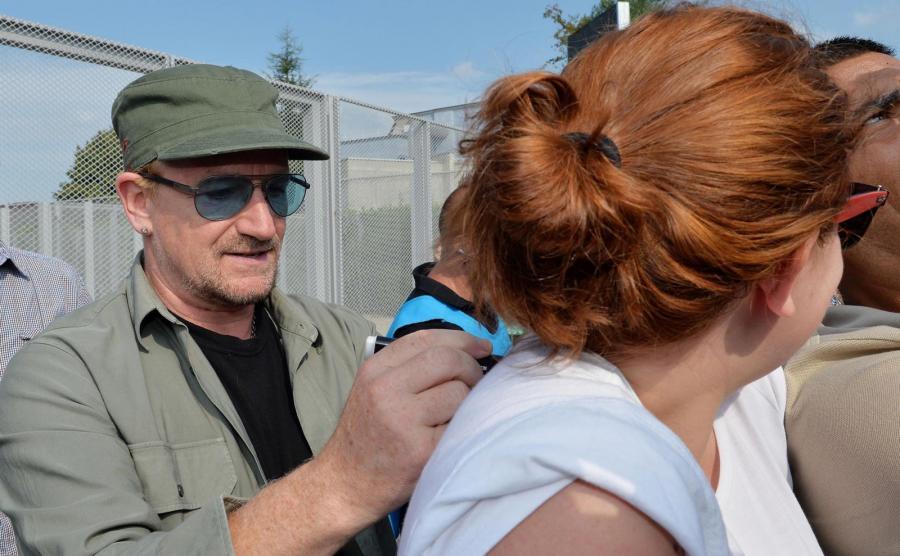 Bono rozdaje autografy przed koncertem w Turynie