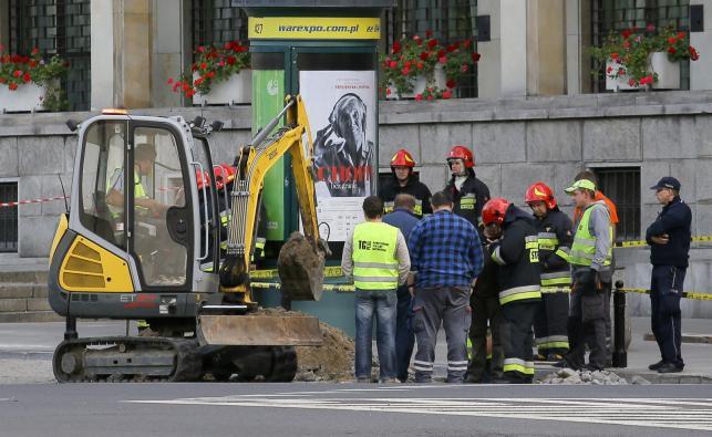 Straż pożarna i policja na placu Trzech Krzyży w Warszawie, przed Ministerstwem Gospodarki, gdzie doszło do wycieku gazu