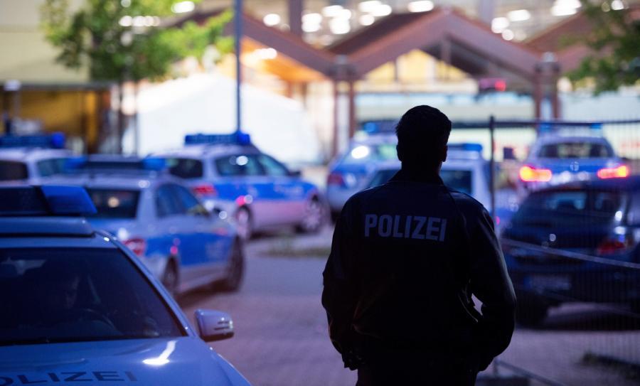 Policjant przed ośrodkiem dla uchodźców w Hamburgu
