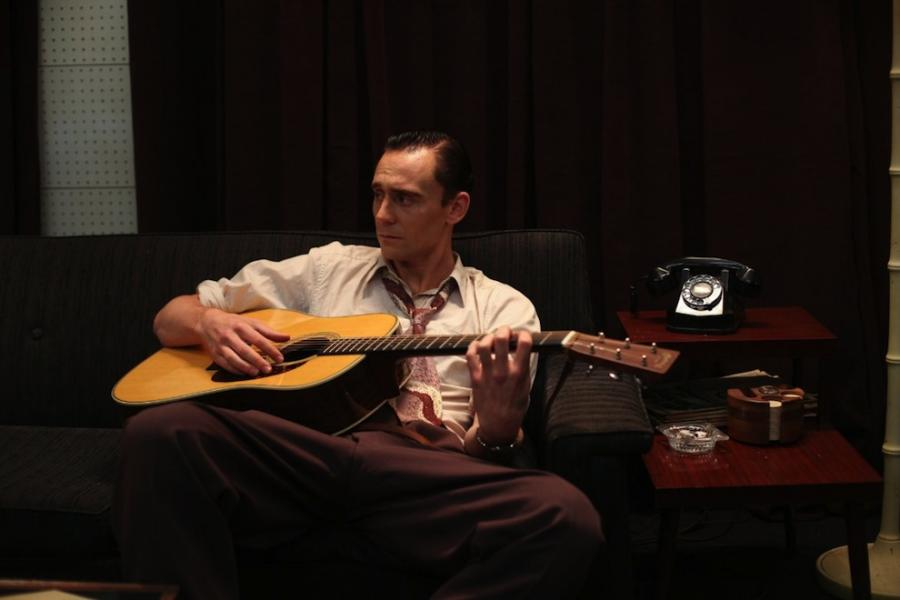 Tom Hiddleston jako legenda country Hank Williams w filmie \