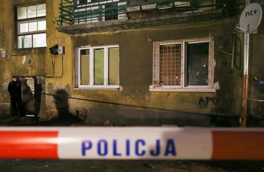 Policja na miejscu tragicznego pożaru w kamienicy przy ul. Stalowej w Warszawie